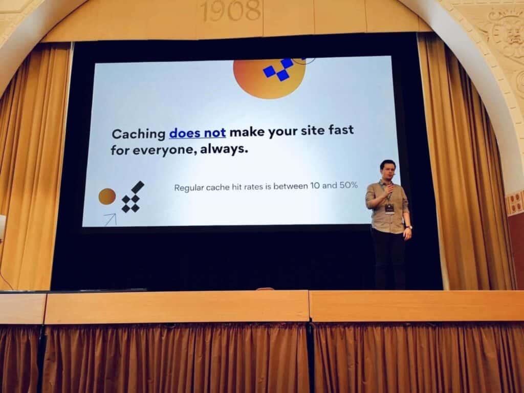 Thomas Audunhus on stage at WordCamp Nordic 2019 talking about Performance First. Photo: Bjørn Johansen (bjornjohansen.no)